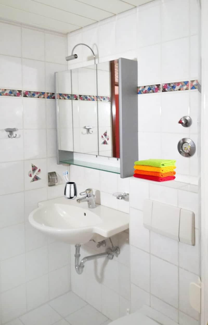 Badezimmer Waschbecken und Spiegelschrank