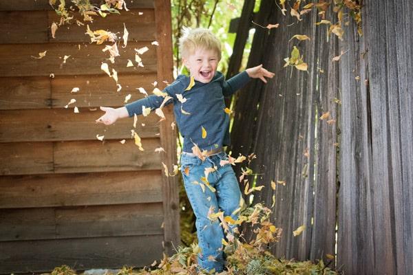 Junge hat Spaß im Garten
